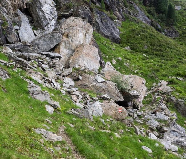 Steig führt durch Felsblöcke