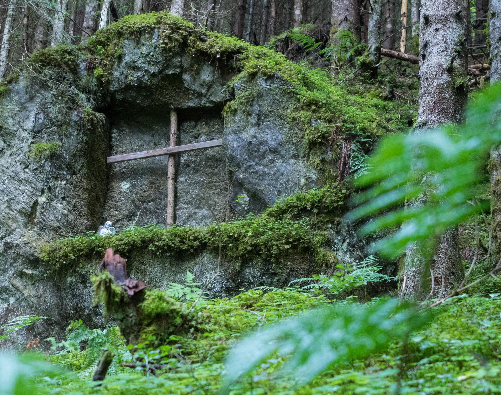 Felsnische mit Kreuz und Engel