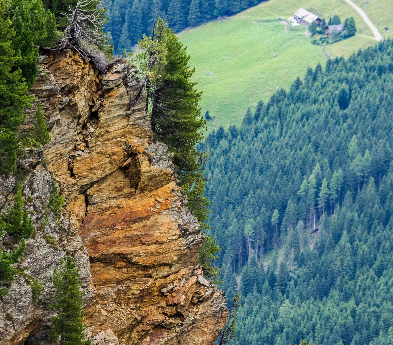 Brüchiger Fels über dem Voldertal