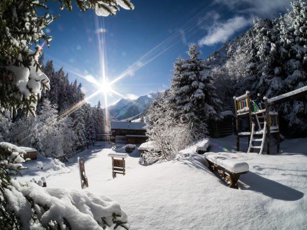 Die Voldertalhütte im Winter bei tief stehender Sonne