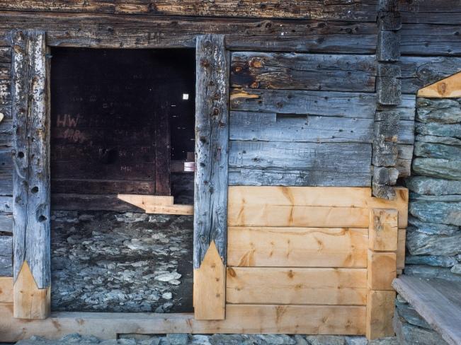 Ausgetauschtes Holz bei der Sennhütte auf der Largozalm