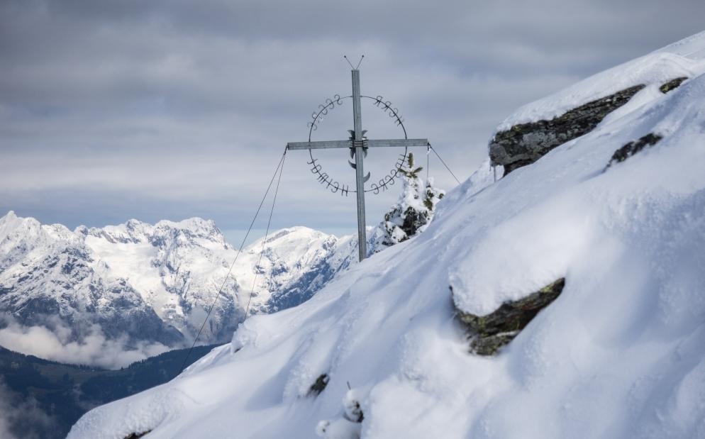 Largoz-Gipfelkreuz im Schnee