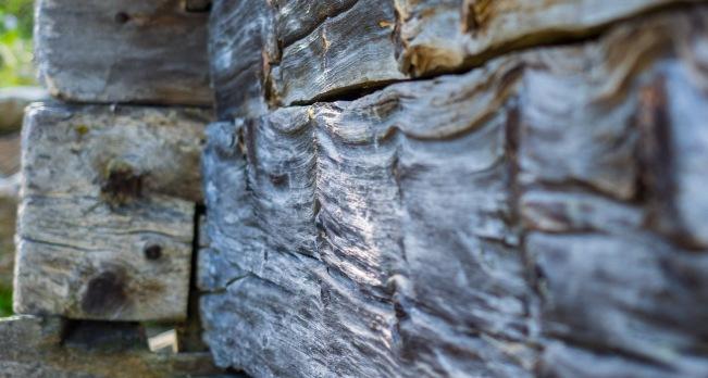 Holzbalken bei der Sennhütte auf der Largozalm