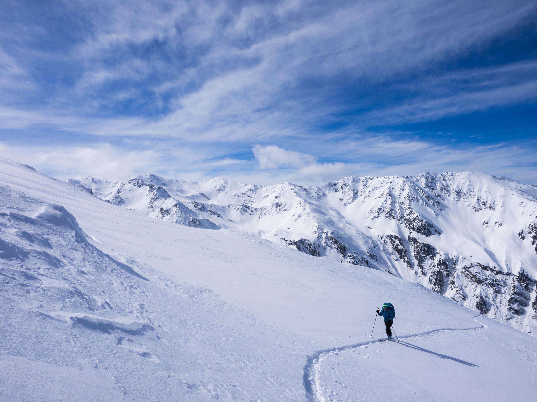 Susanne beim Aufstieg mit Skiern zum Haneburger