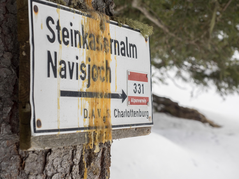 Alter Wegweiser der DAV Sektion Charlottenburg im Voldertal zur Steinkasernalm und zum Navisjoch