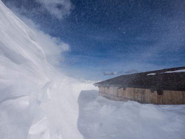 Stall auf den Melkböden im tiefen Schnee