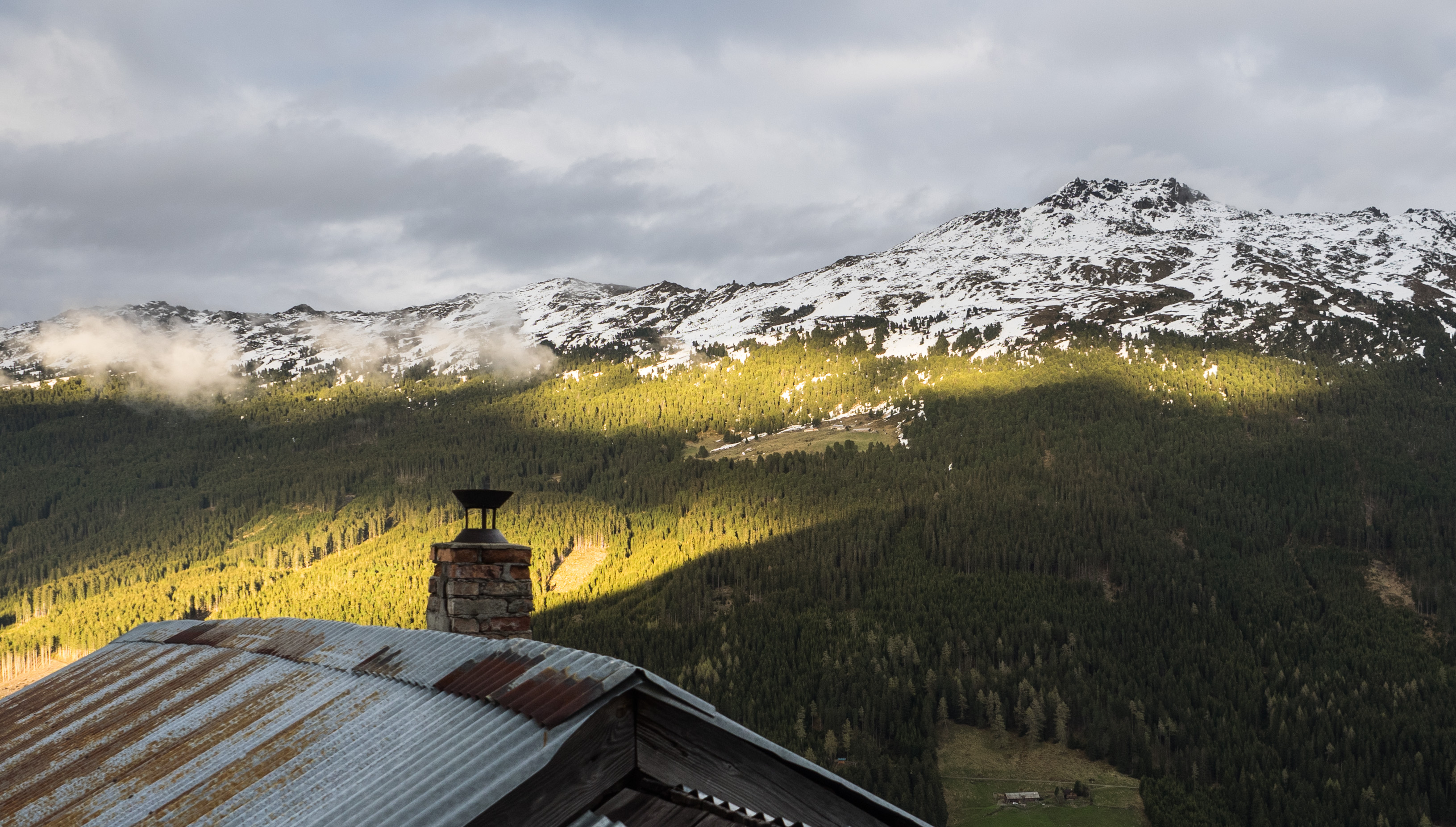Dach der Hütte der Stalsinsalm mit Blick zum Haneburger