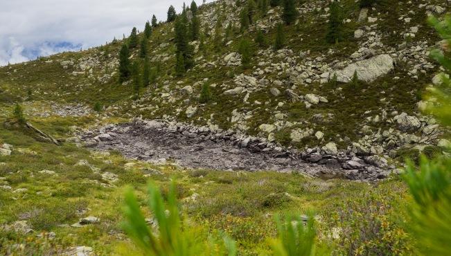 Großteils ausgetrockneter Bergsee
