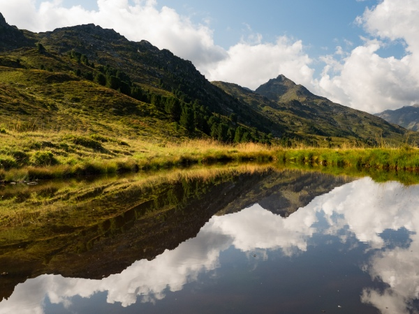 Der Haneburger und die Wattenspitze spiegeln sich in einem kleinen Bergsee