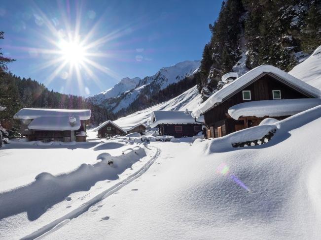 Skispur im winterlichen Dörfl im Voldertal