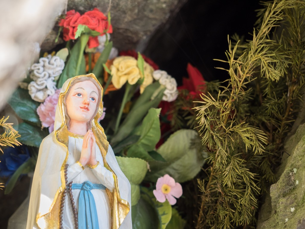 Marienstatue mit Blumen in der Grotte beim Marienschrofen im Voldertal