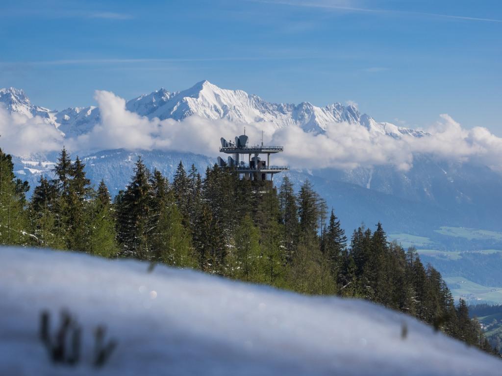 Blick über den Richtfunkturm am Tulferberg hinüber zum Karwendel mit dem Hochnissl