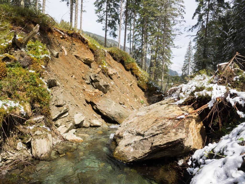 Heruntergestürzter Felsblock liegt im Voldertalbach