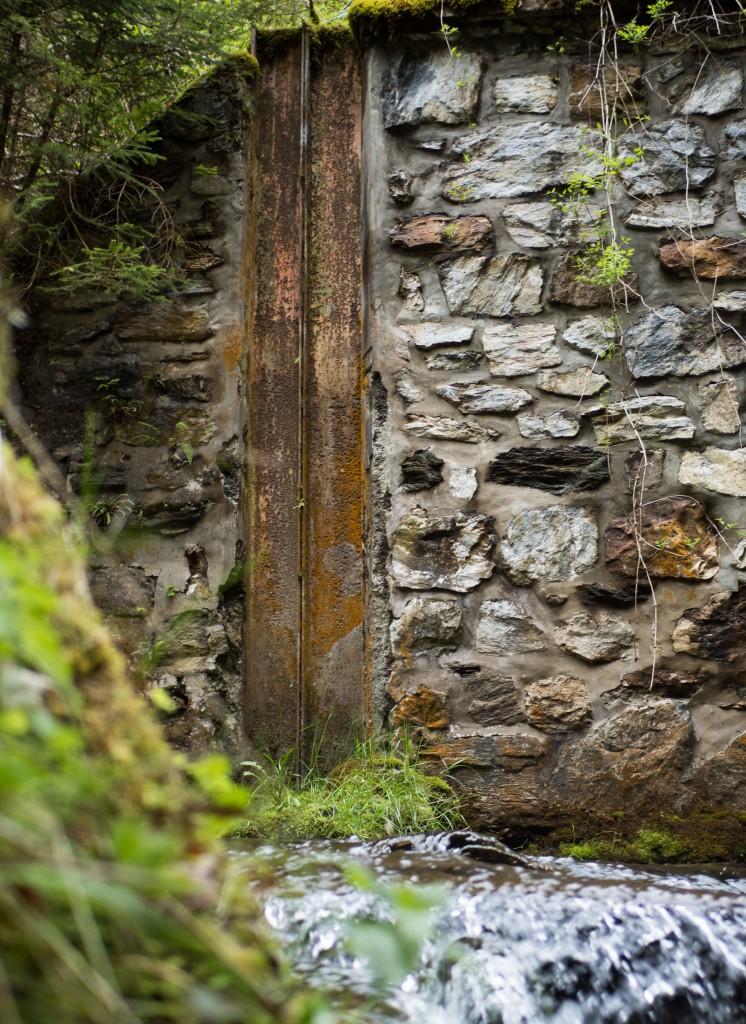 Metallschienen beim ehemaligen Wehr der Wasserfassung des Alten Voldertalkraftwerks