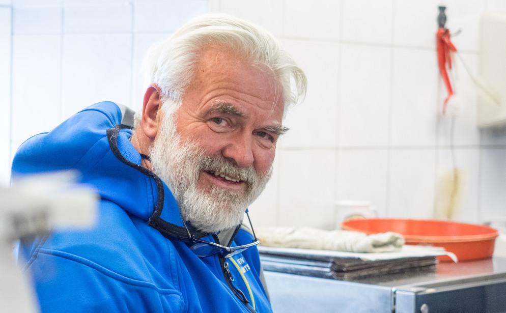 Gottfried Wieser sitzt in der Küche der Glungezerhütte